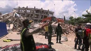 Passa de 1.400 o número de mortos por causa do terremoto e do tsunami na Indonésia - Só agora as equipes de resgate começaram a chegar a áreas remotas, onde vivem um milhão e quatrocentas mil pessoas. A ONU calcula que 200 mil precisem de socorro imediato.