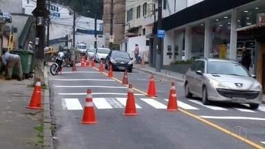 Tinta usada pela Prefeitura de Petrópolis para sinalização das ruas causa polêmica - Assista a seguir.