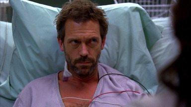 Sem Motivo - House está trabalhando no diagnóstico de um homem cuja língua está inchada. O médico sofre um atentado, fica internado na UTI e mesmo assim continua trabalhando.