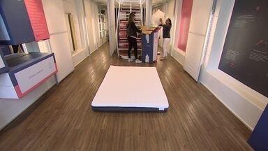 Empresa lança colchão que é vendido dentro de uma caixa - Colchão é reduzido a um quinto do tamanho original pra caber em uma caixa de pouco mais de um metro de altura.