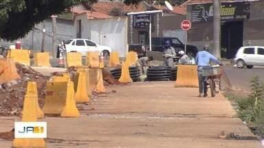 Moradores e comerciantes reclamam de demora na construção do BRT em Goiânia - Eles relatam ainda transtornos causados na região das obras. Prefeitura diz que está dentro do prazo.