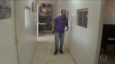45 mil sessões de votação foram adaptadas para eleitores com deficiência - Justiça Eleitoral espera atender amanhã 940 mil pessoas com necessidades especiais.