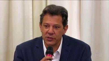 Confirmado no segundo turno, Haddad vai a Curitiba visitar Lula, que está preso - Haddad disse que se sente desafiado pelo resultado; que o segundo turno é a oportunidade de discutir frente a frente com o adversário e que, se for eleito, vai buscar o unir o país.