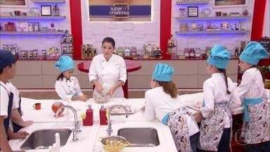 Chef Bárbara Verzola ensina mini cozinheiros receitas com frango - 'Super Chefinhos': crianças aprendem a desossar e rechear coxa e sobrecoxa de frango. Eles também aprendem uma receita deliciosa de peito de frango com batatas ao murro.