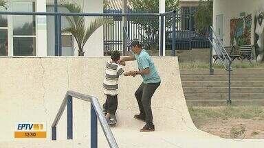 Educador muda a vida de crianças com aulas de skate em São Carlos, SP - Ele começou a ensinar com o próprio equipamento e hoje comanda o projeto 'Skate Cidadão'.