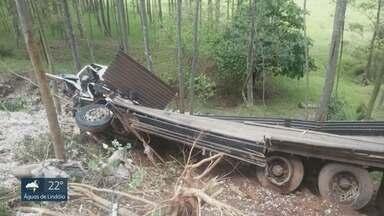 Caminhões se envolvem em acidentes em trecho proibido para tráfego em São Pedro - Rodovia Eliseo de Paula Teixeira registrou dois acidentes na segunda-feira (8), e um nesta terça-feira (9), envolvendo uma carreta com 30 mil litros de etanol.