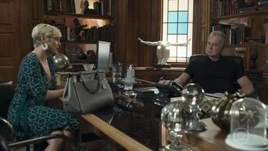 Mariaclara pressiona Amadeu - Ela pergunta se foi ele quem revelou seu plano de comprar as joias de Cesária