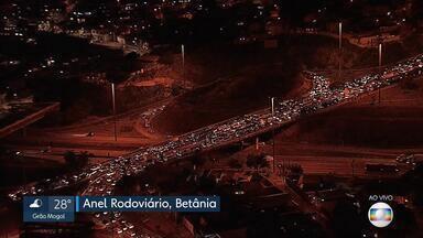 Acidente na Via Expressa de Contagem complica volta para casa - Além de reflexos na via, houve congestionamento no Anel Rodoviário.