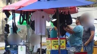 Ambulante vende fardamentos militares ilegais no Recife - Reportagem flagrou homem comercializando artigos em praça ao lado da sede do Comando Geral da Polícia Militar.