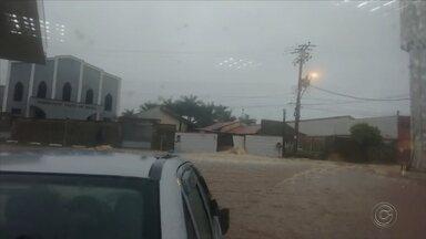 Chuva forte causa danos aos moradores do bairro Vila Vital em Iperó - A chuva que atingiu a cidade de Iperó (SP) na manhã desta quarta-feira (10) alagou uma rua e causou danos aos moradores do bairro Vila Vital. Uma cerca foi derrubada com a força da tempestade.