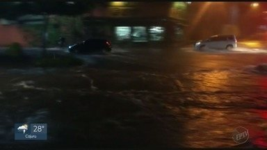 Noite de terça-feira registra mais da metade da chuva esperada para outubro - Foram 77 milímetros e as ruas ficaram alagadas em Ribeirão Preto, SP.