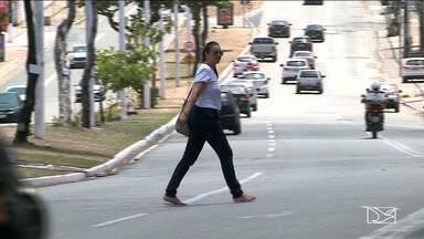 Pedestres caminham fora de locais apropriados em São Luís - Especialistas dizem falta de planejamento urbano voltado para o pedestre na cidade.