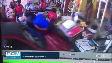 Motorista invade supermercado e atropela mulher em Ubaitaba, no sul do estado - Apesar do susto, vítima não sofreu ferimentos graves.