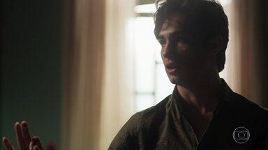 Valentim discute com Beto e deixa a casa dos Falcão - O rapaz afirma que o pai o trocou pela família de Luzia