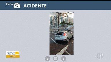 Carro bate em poste e três pessoas ficaram feridas na Avenida Tancredo Neves - Confira no Radar do JM.