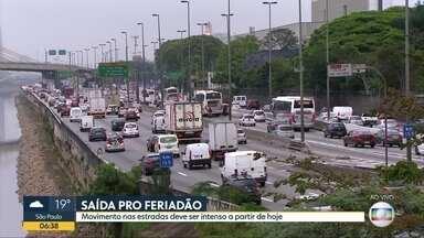 Estradas paulistas devem ter grande movimento na saída para o feriado - Muitos veículos devem deixar a Capital para aproveita folga do Dia de Nossa Senhora Aparecida.