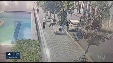 Polícia prende dupla que assaltou pedestre na Zona Sul do Recife - Roubo ocorrido em Boa Viagem durou pouco mais de dez segundos.