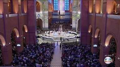 Católicos celebram Dia da Padroeira com missas, procissão e show na basílica em Aparecida - A movimentação de fiéis foi grande no santuário Nacional, em Aparecida. Em Porto Alegre teve procissão de motos.
