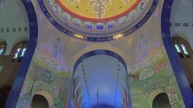Mosaico baldaquino da Basílica de Aparecida demorou cinco anos para ficar pronto - A obra ocupa o teto e as paredes do altar central da basílica nacional.