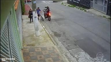 Polícia tenta identificar dois bandidos que mataram jovem em Osasco, em São Paulo - A polícia está tentando identificar dois bandidos que mataram um rapaz em Osasco, na Região Metropolitana de São Paulo. Ele e a namorada tinham almoçado na casa dela e estavam indo à pé para casa dele quando o crime aconteceu.