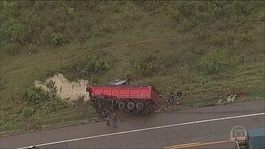 Acidente em estrada de Minas Gerais mata seis pessoas da mesma família - Caminhão e Van bateram de frente. Nove pessoas ficaram feridas.
