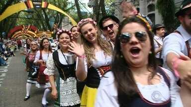 Desfile temático marca o primeiro domingo de Oktoberfest - Depois da apresentação, que coloriu e animou as ruas do centro da cidade, a festa seguiu no Parque da Oktoberfest.