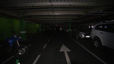 Pane elétrica deixa aeroporto de Salvador às escuras por duas horas - Voos foram cancelados ou adiados e centenas de passageiros passaram o dia no aeroporto. De acordo com a administração do aeroporto, houve o rompimento de um cabo subterrâneo de energia elétrico.