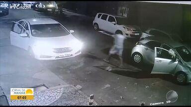 Cantor da banda Adão Negro tem carro roubado no Caminho das Árvores, em Salvador - Uma câmera de segurança flagrou a ação.