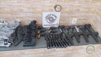 Polícia apreende 88 simulacros de arma na feira de Aparecida - Além das réplicas, 16 dispositivos de choque foram apreendidos. Denúncias anônimas tiveram como alvo duas barracas. Ninguém foi preso.