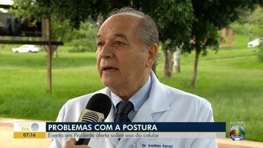 Postura corporal é tema de evento da Sociedade Brasileira de Neurologia - Pessoas ficam tortas durante o uso do celular.