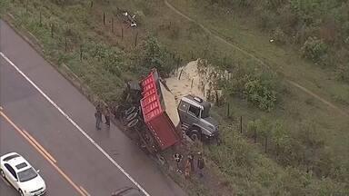 Acidente deixa mortos e feridos em São Gonçalo do Rio Abaixo - De acordo com a PRF, uma carreta e uma van bateram de frente no km 388 da BR-381.