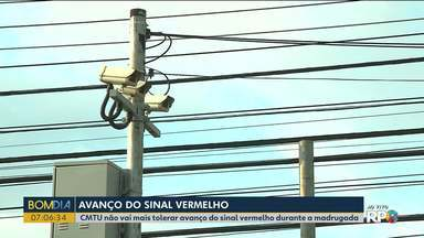 CMTU vai começar a multar quem passa no sinal vermelho durante a madrugada em Londrina - Os radares vão passar por melhorias.