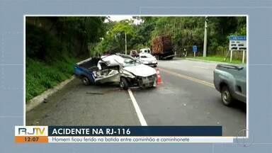 Homem fica ferido em acidente entre caminhão e caminhonete na RJ-116 - Assista a seguir.