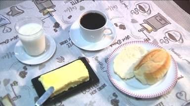 No Dia Mundial do Pão, padarias de Curitiba vendem pãozinho sem imposto - Centenas de consumidores tiveram um café da manhã mais barato, nesta terça (16), em Curitiba. No Dia Mundial do Pão, comemorado, nesta terça (16), padarias de Curitiba e Região Metropolitana venderam pãozinho francês sem imposto.