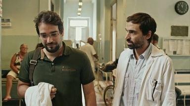 Evandro conhece Henrique, novo ortopedista do hospital - Comemoração de Carolina e Evandro com os colegas do hospital é interrompida por emergência com paciente. Samuel passa mal e é socorrido por Evandro