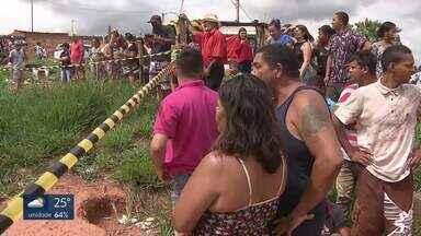 Corpo carbonizado é encontrado numa invasão em Samambaia - O local é conhecido como Morro dos Macacos. A vítima foi deixada numa fogueira feita com pneus.O CORPO FOI QUEIMADO NUMA ÁREA DE INVASÃO, NA QUADRA 631 DE SAMAMBAIA NORTE. A REGIÃO É CONHECIDA COMO MORRO DOSMACACOS./