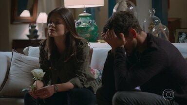 Alain é irônico com Margot e Cris se incomoda - Cris está determinada a encontrar o senhor do cemitério e descobrir a ligação dele com Julia Castelo. Alain não consegue esconder a insatisfação