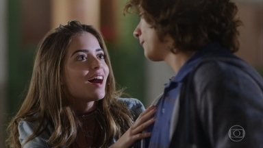 Gabi sugere se aproximar de Hugo para provocar ciúmes em Pat - Hugo avisa às meninas que é o novo assistente de Bola e que será o responsável por agendar os testes para o filme de Alain