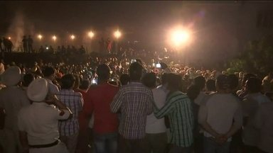 Mais de 60 pessoas morrem atropeladas por um trem na Índia - Ao todo, 100 pessoas ficaram feridas. Elas estavam sobre os trilhos, em um festival religioso.