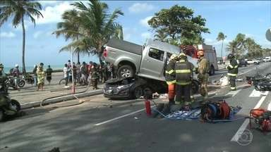 Acidente de trânsito deixa um morto e dois feridos em Maceió - Uma caminhonete em alta velocidade bateu em motos e dois carros que estavam parados no sinal.