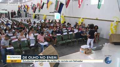 Estudantes participam de revisão para o Enem no bairro de Tancredo Neves, em Salvador - Quase 400 mil baianos devem fazer as provas, no mês de novembro.