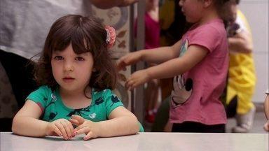 Saiba qual é a melhor forma de conversar com crianças pequenas - A atriz Thaís Fersoza, mãe da Melinda e do Teodoro, foi repórter por um dia do Fantástico.