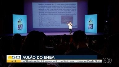 Estudantes participam do Aulão do Enem, promovido pela TV Anhanguera - Ao todo, 600 alunos acompanharam as revisões dos conteúdos que podem ser cobrados na prova.
