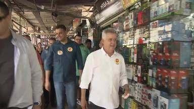 Rodrigo Rollemberg (PSB) faz campanha em Taguatinga - O candidato visitou a feira da cidade e disse que, se eleito, pretende regularizar o espaço com a venda direta dos boxes aos feirantes.