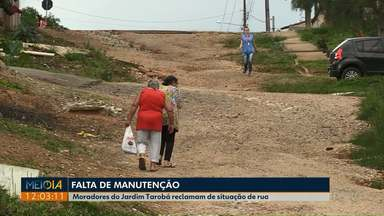 Moradores reclamam de condições de rua no Jardim Tarobá - O mato, que cresceu nas laterais da rua, esconde valetas.