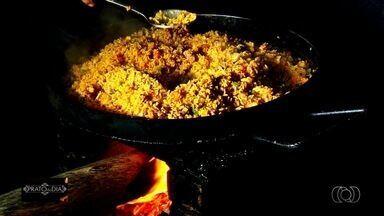 Comerciante de Senador Canedo ensina como preparar receita de arroz carreteiro - Ricardo Alan Camargo prepara a iguaria, ajuda a servir e atender aos clientes.