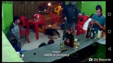 Por causa de WhatsApp, cliente de bar não vê assalto e vídeo vai parar na internet - Carlos Almeida trocava mensagens no celular durante o crime em Nova Serrana. Filho da dona do estabelecimento compartilhou o vídeo com autorização do mineiro.