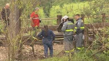 Polícia investiga morte de homem encontrado perto da linha do trem em Mairinque - A Polícia Civil investiga a morte de um homem em Mairinque (SP) nesta quinta-feira (25). O corpo dele foi encontrado com vários ferimentos, perto da linha do trem. A suspeita é de atropelamento.