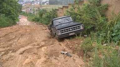 Carro atola em estrada de Sorocaba - A combinação de chuva e estrada sem manutenção provocou o atolamento de um carro em Sorocaba (SP).