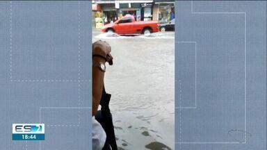 Lojas e casas ficam alagadas por conta de forte chuva em São Mateus, ES - Prefeitura acredita que bombas não deram conta de dragar toda a água.
